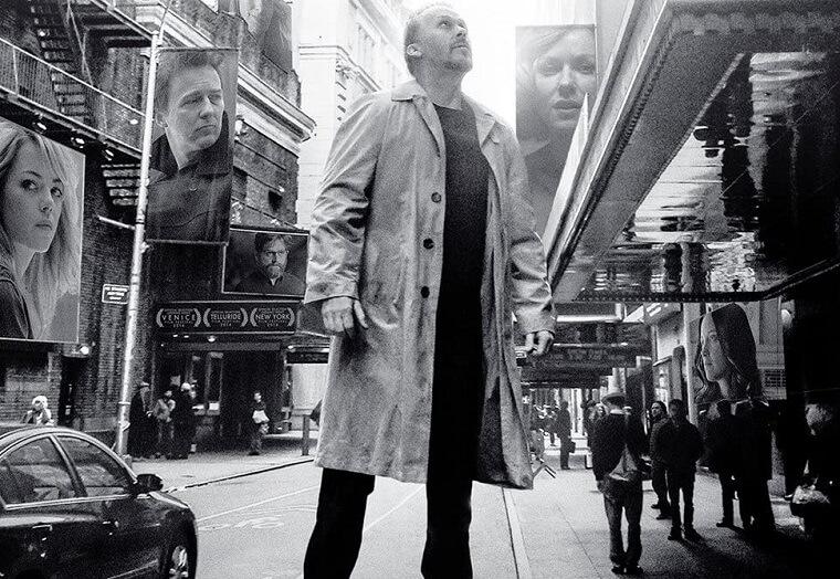 映画「バードマン あるいは(無知がもたらす予期せぬ奇跡)」のポスター、主演のマイケル・キートンの画像